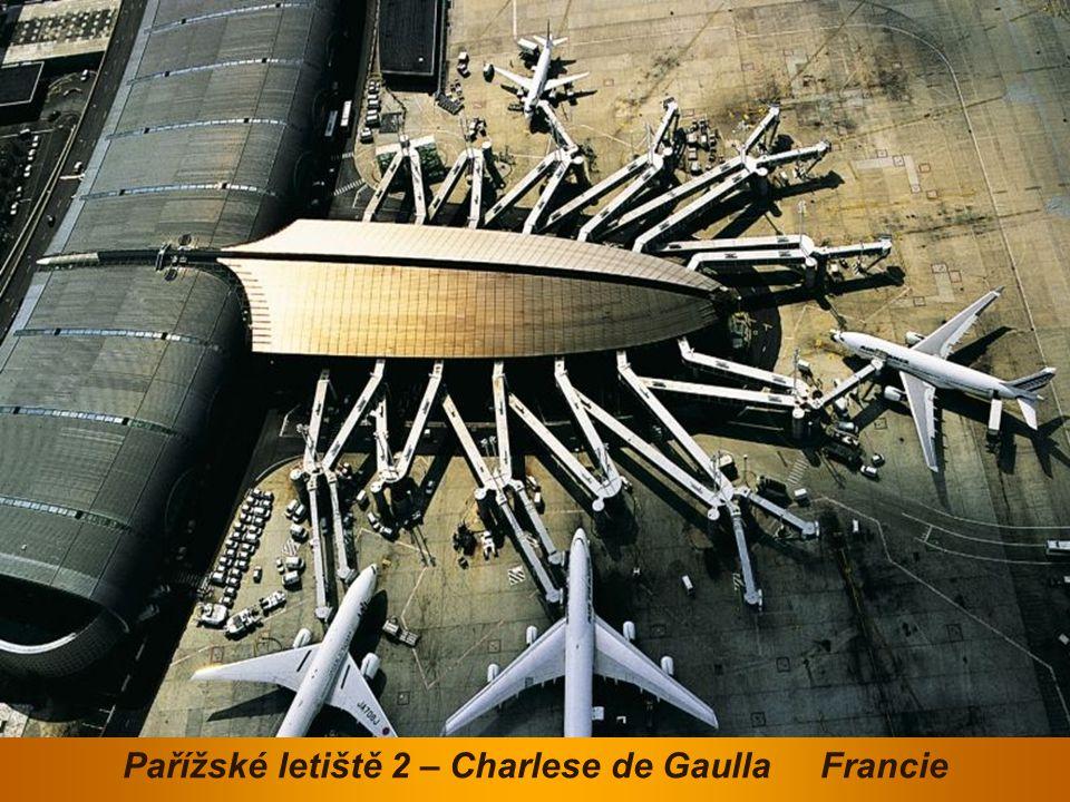 Pařížská pyramida - vchod do Louvru Francie
