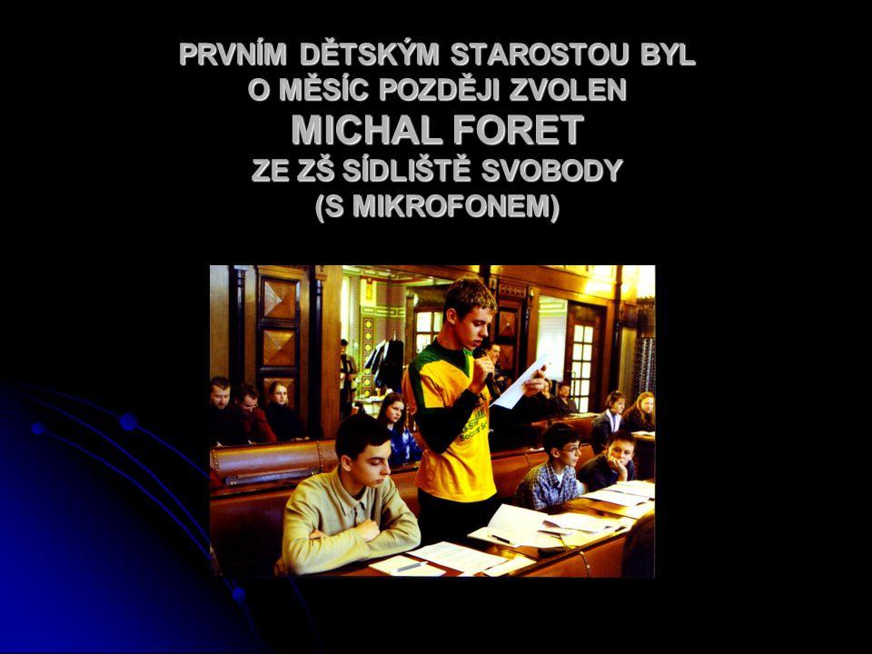 PRVNÍM DĚTSKÝM STAROSTOU BYL O MĚSÍC POZDĚJI ZVOLEN MICHAL FORET ZE ZŠ SÍDLIŠTĚ SVOBODY (S MIKROFONEM)