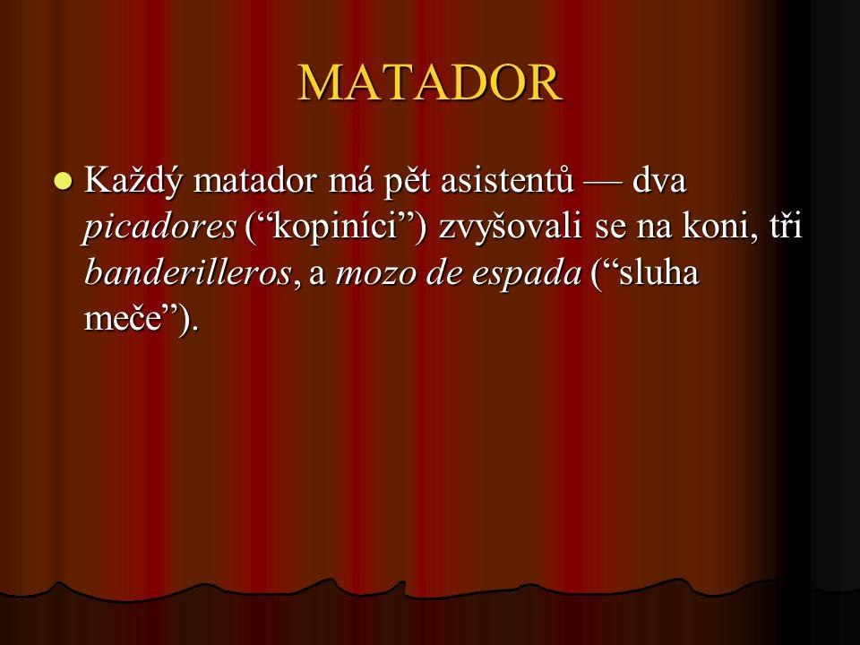 MATADOR Každý matador má pět asistentů — dva picadores ( kopiníci ) zvyšovali se na koni, tři banderilleros, a mozo de espada ( sluha meče ).