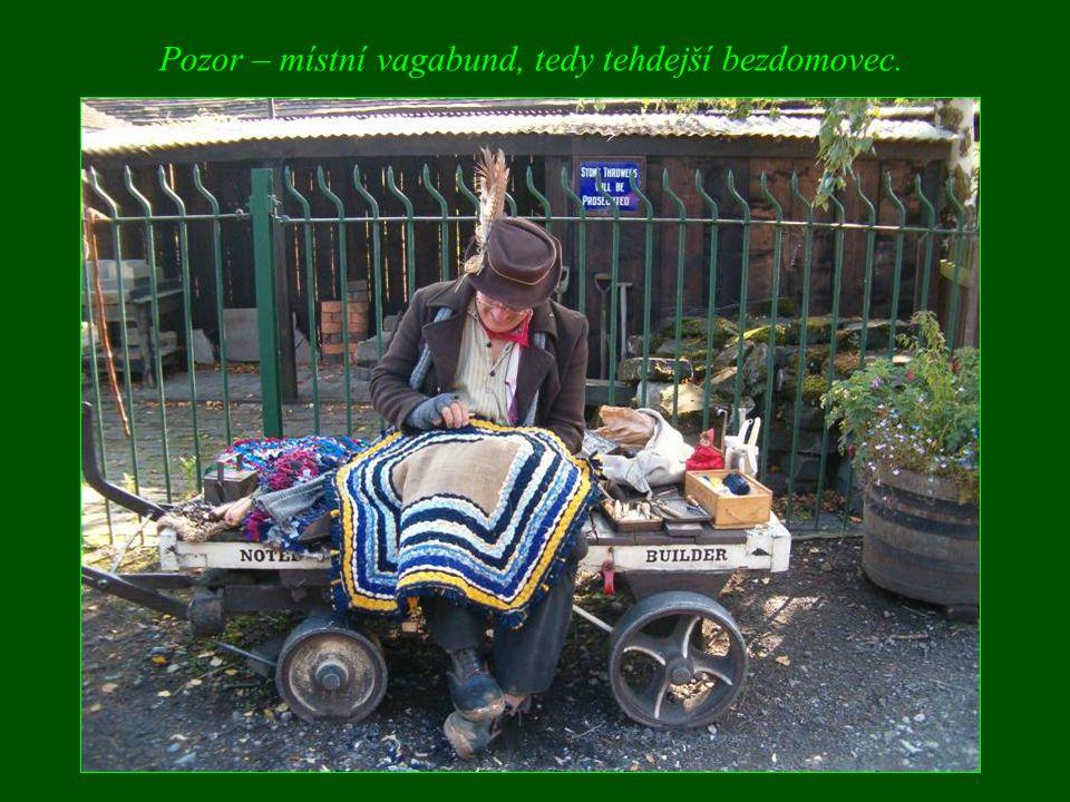 Pozor – místní vagabund, tedy tehdejší bezdomovec.