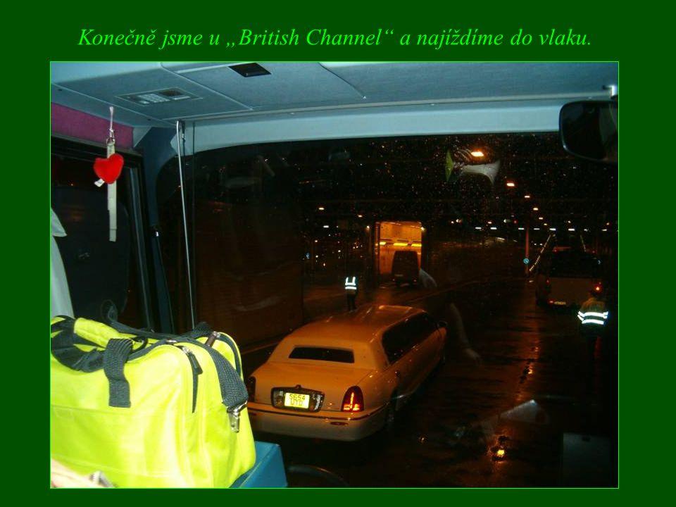 """Konečně jsme u """"British Channel a najíždíme do vlaku."""