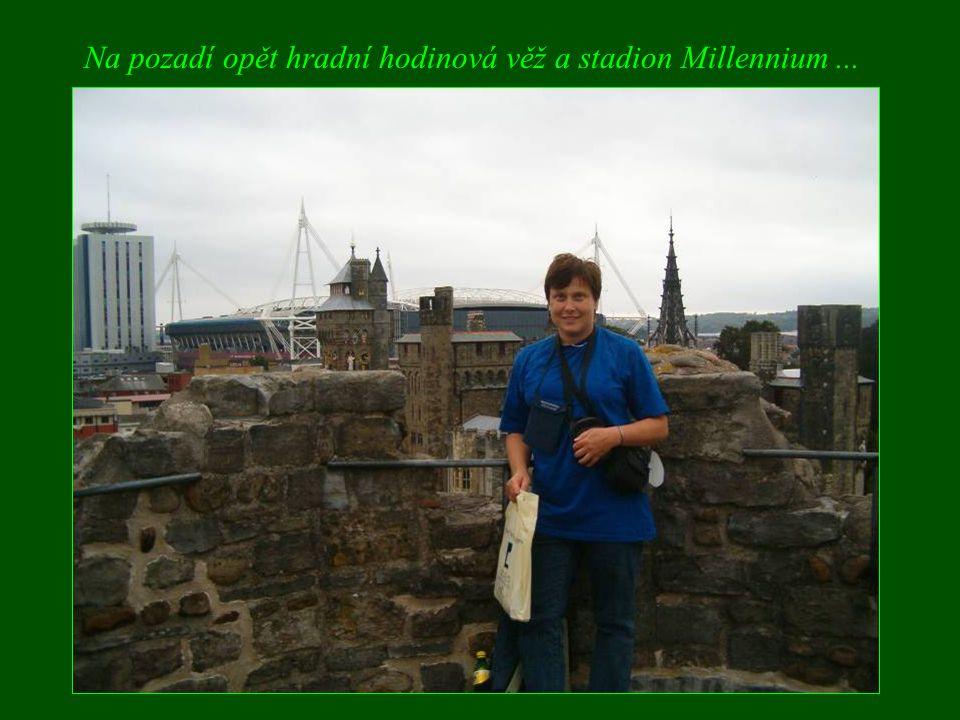 Na pozadí opět hradní hodinová věž a stadion Millennium...