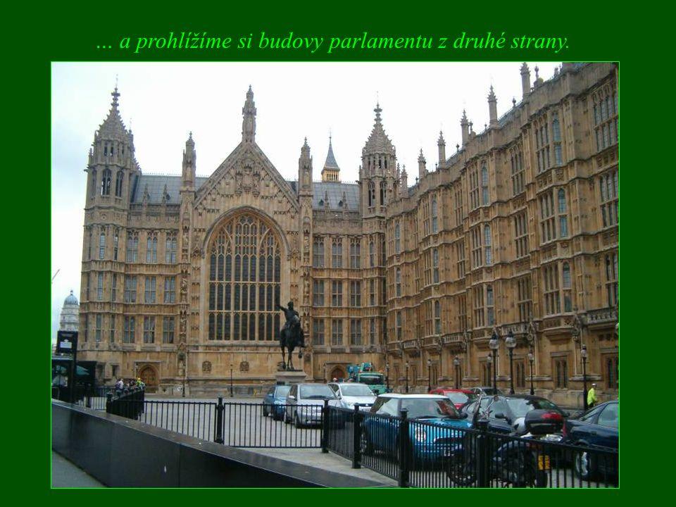 … a prohlížíme si budovy parlamentu z druhé strany.