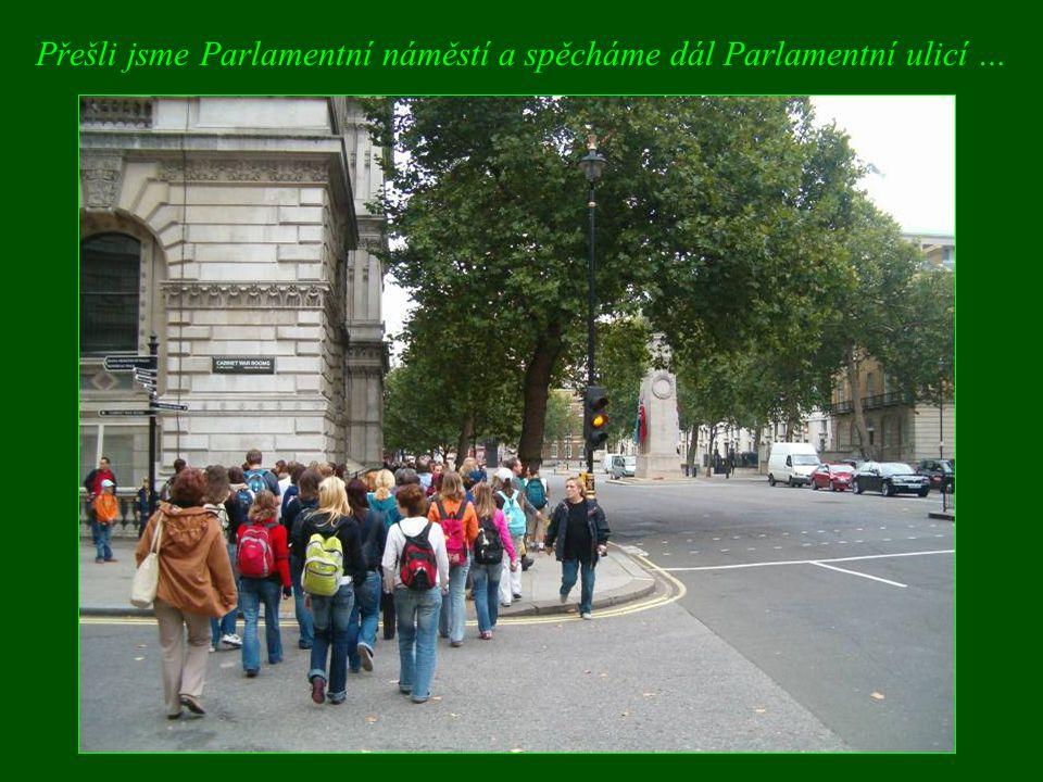 Přešli jsme Parlamentní náměstí a spěcháme dál Parlamentní ulicí …