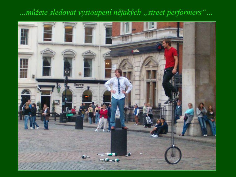 """…můžete sledovat vystoupení nějakých """"street performers""""…"""