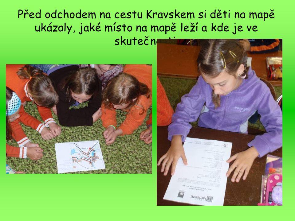 Před odchodem na cestu Kravskem si děti na mapě ukázaly, jaké místo na mapě leží a kde je ve skutečnosti.