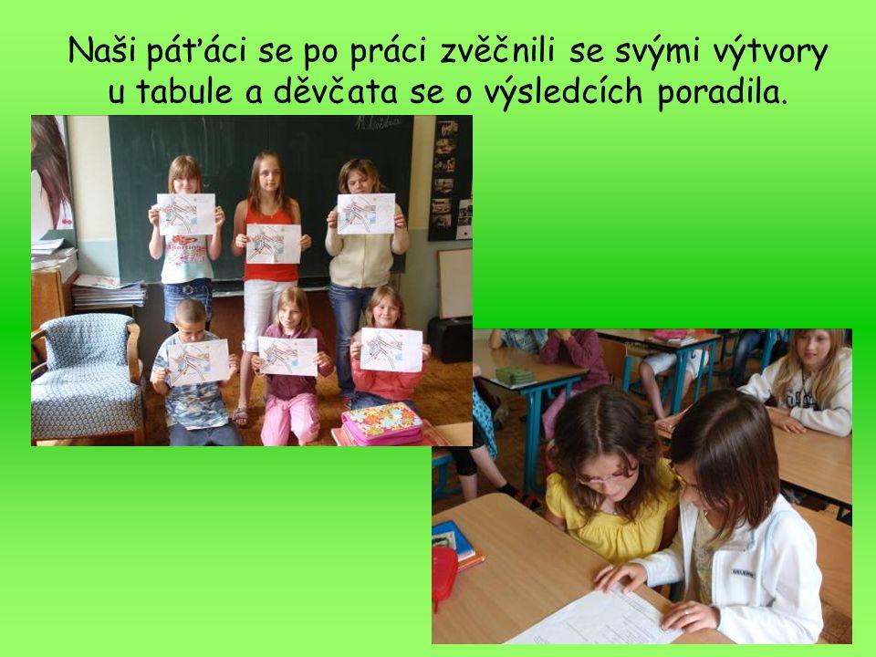 Naši páťáci se po práci zvěčnili se svými výtvory u tabule a děvčata se o výsledcích poradila.