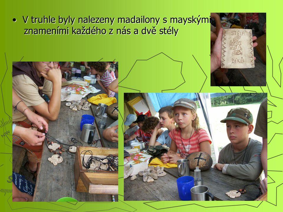 V truhle byly nalezeny madailony s mayskými znameními každého z nás a dvě stély V truhle byly nalezeny madailony s mayskými znameními každého z nás a dvě stély