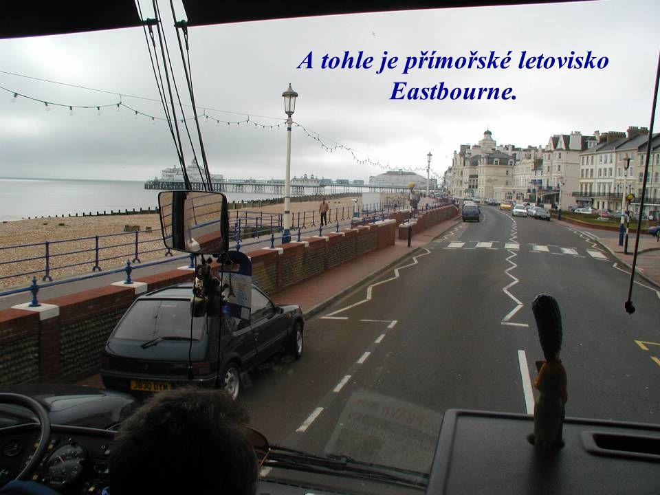 A tohle je přímořské letovisko Eastbourne.