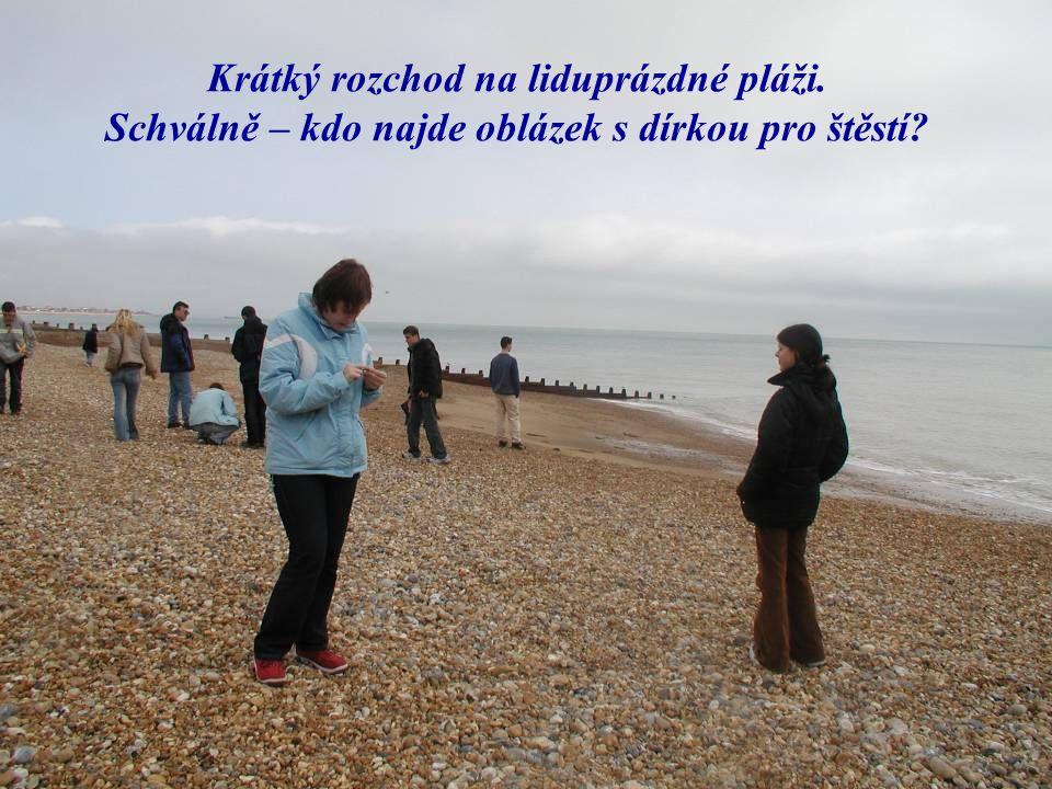 Krátký rozchod na liduprázdné pláži. Schválně – kdo najde oblázek s dírkou pro štěstí