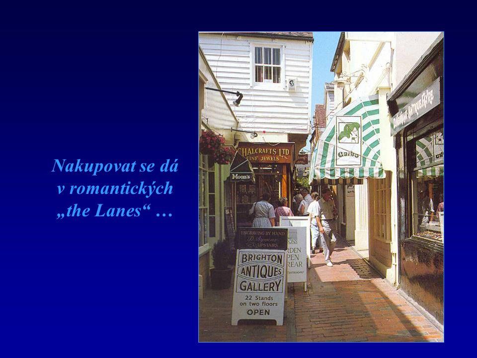 """Nakupovat se dá v romantických """"the Lanes …"""