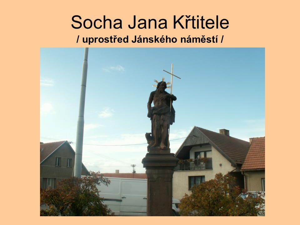 Socha Jana Křtitele / uprostřed Jánského náměstí /
