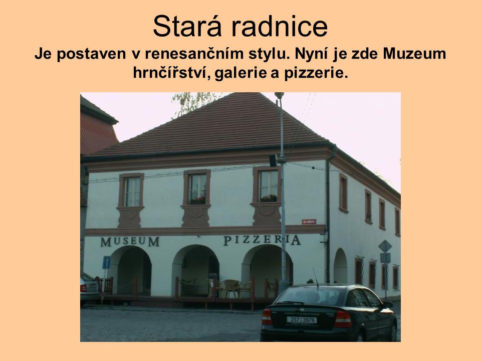 Stará radnice Je postaven v renesančním stylu. Nyní je zde Muzeum hrnčířství, galerie a pizzerie.