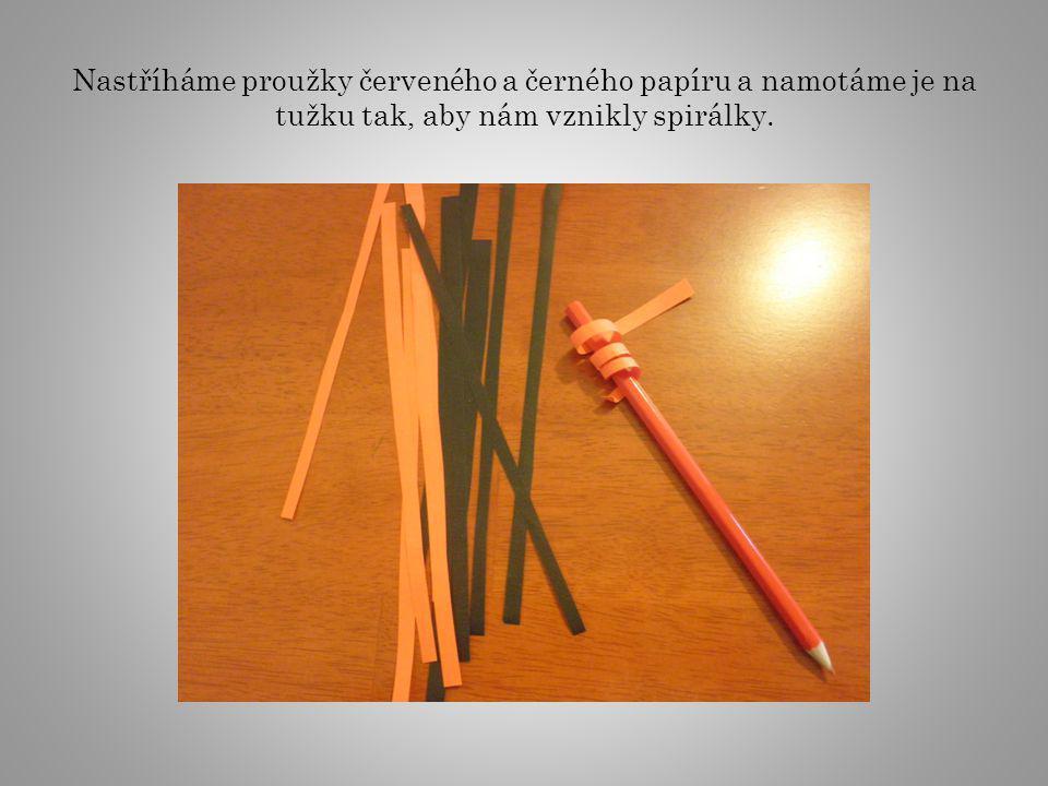 Barevné spirálky dolepíme čertíkovi jako vlasy, vystřihneme dva červené trojúhelníčky, nalepíme jako rohy a ze zbylých proužků vyrobíme řetěz.