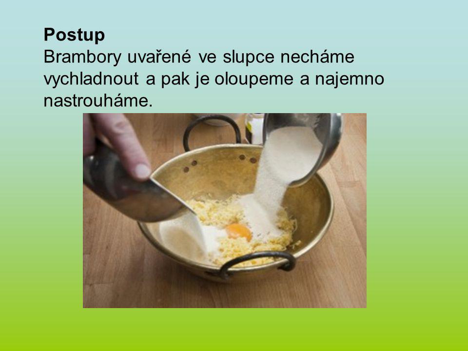 Přidáme sůl, vejce, mléko, tuk, promícháme a postupně přidáváme mouku a zpracováváme dokud nevznikne hladké tuhé těsto.