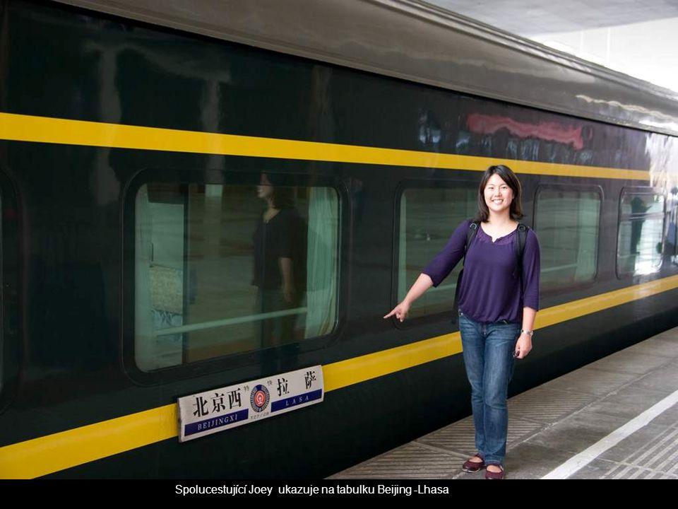 Spolucestující Joey ukazuje na tabulku Beijing -Lhasa