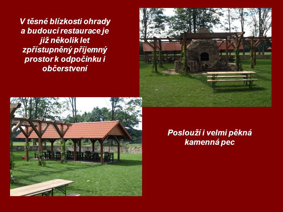 V těsné blízkosti ohrady a budoucí restaurace je již několik let zpřístupněný příjemný prostor k odpočinku i občerstvení Poslouží i velmi pěkná kamenná pec