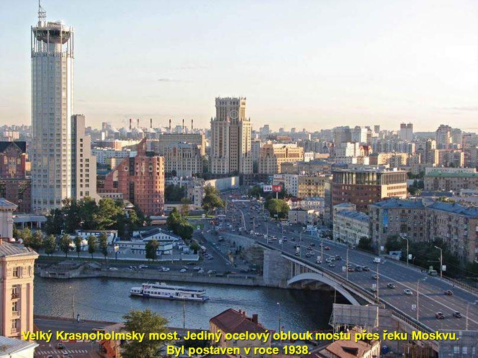 Velký Krasnoholmsky most.Jediný ocelový oblouk mostu přes řeku Moskvu.