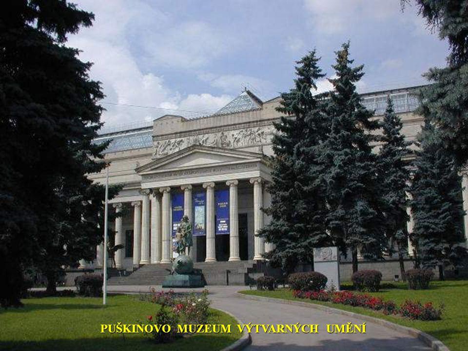 PALACIO DEL TRIUNFO je název činžovního domu HOTEL UKRAJINA Rozsáhlý hotelový komplex byl vybudován v roce 1980 jako olympijská vesnice.