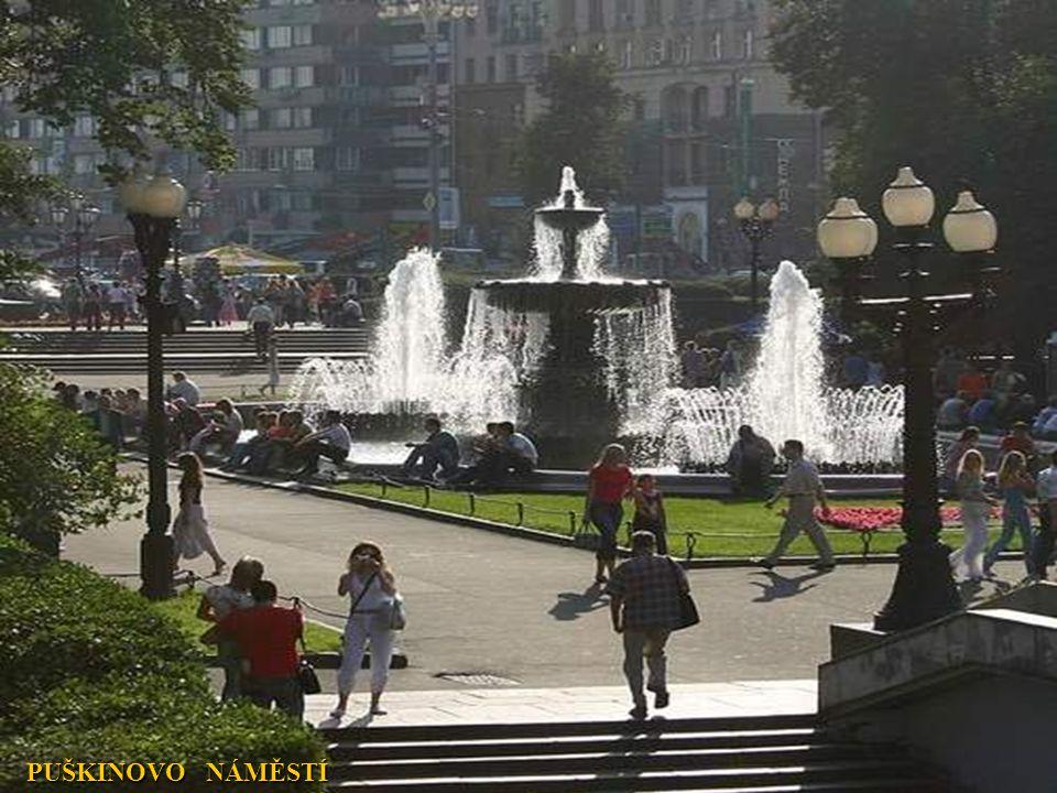 VSTUP NA VÝSTAVIŠTĚ, které bylo přejmenováno z Výstavy úspěchů národního hospodářství na Všeruské výstavní centrum.