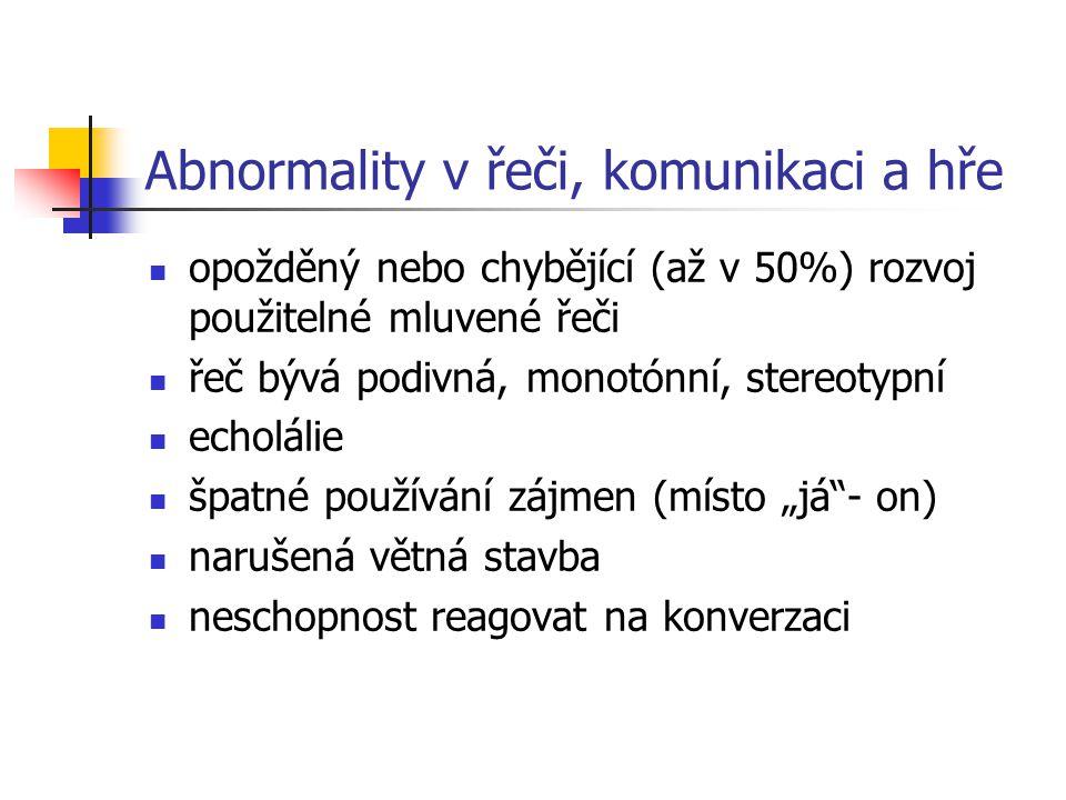 Abnormality v řeči, komunikaci a hře opožděný nebo chybějící (až v 50%) rozvoj použitelné mluvené řeči řeč bývá podivná, monotónní, stereotypní echolá