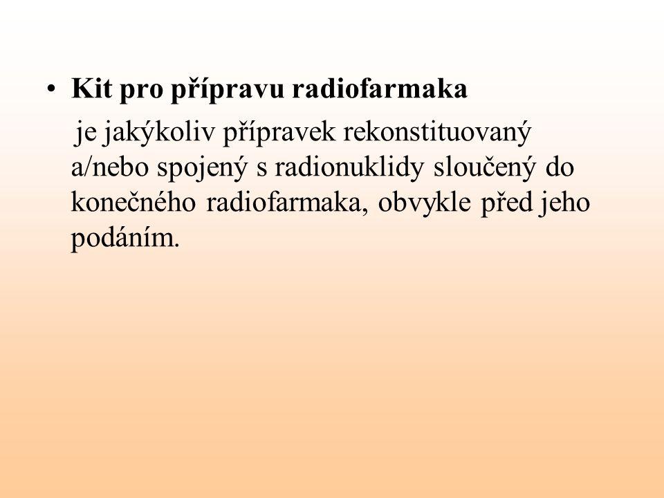 Kit pro přípravu radiofarmaka je jakýkoliv přípravek rekonstituovaný a/nebo spojený s radionuklidy sloučený do konečného radiofarmaka, obvykle před je