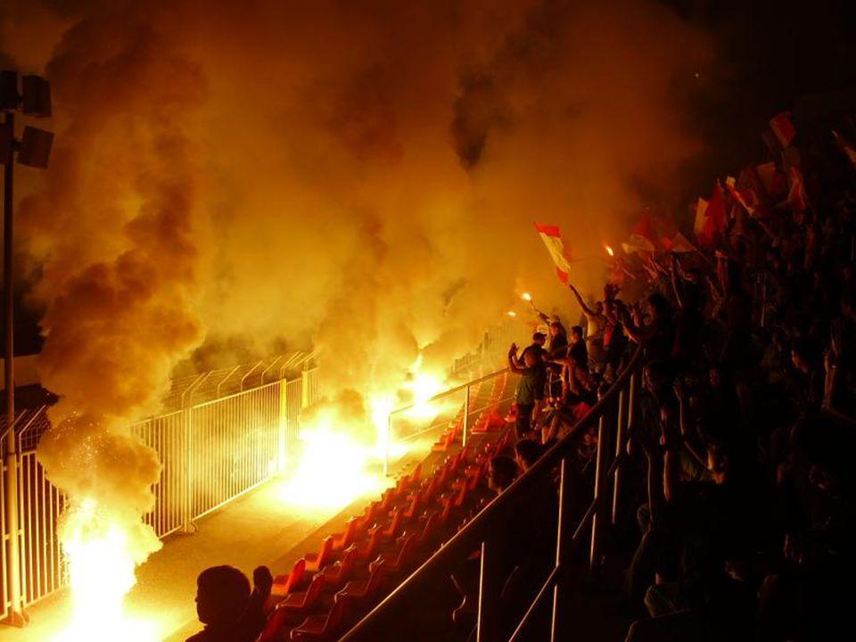 Na stadionu odděleně => snaha o proražení bariér tlačenice – nebezpečí ušlapání ohně, konfety choreografie rozbíjení sedaček…