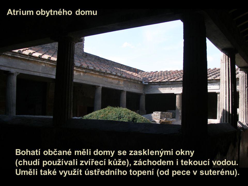 Atrium obytného domu Bohatí občané měli domy se zasklenými okny (chudí používali zvířecí kůže), záchodem i tekoucí vodou. Uměli také využít ústředního