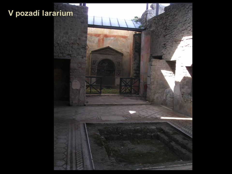V pozadí lararium