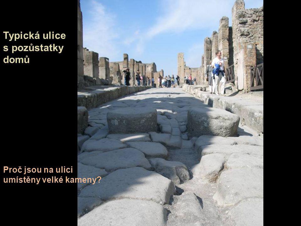 Typická ulice s pozůstatky domů Proč jsou na ulici umístěny velké kameny?