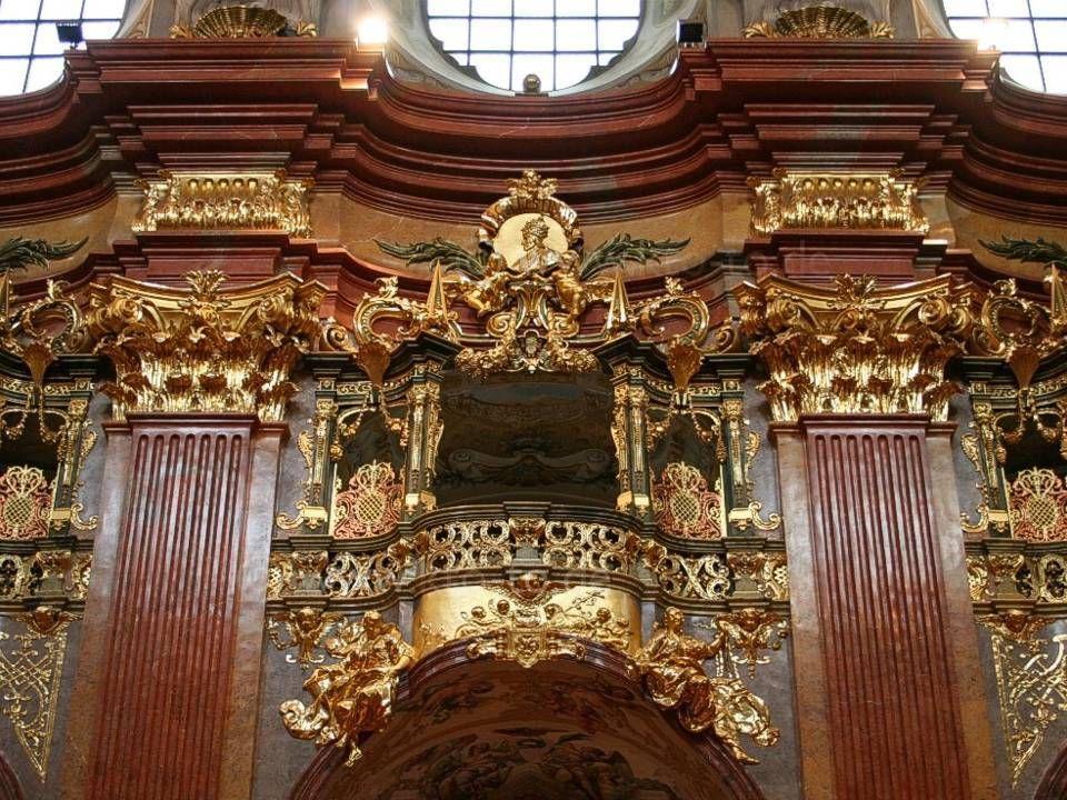 Hlavní oltář a kazatelnu Guiseppe Galli-Bibiena