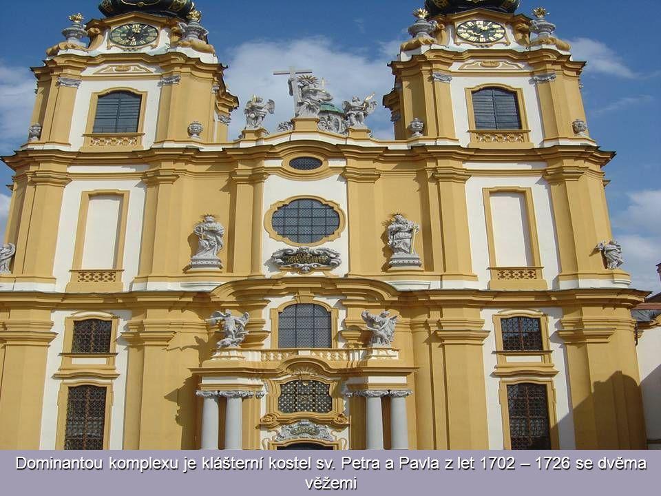 Dominantou komplexu je klášterní kostel sv. Petra a Pavla z let 1702 – 1726 se dvěma věžemi
