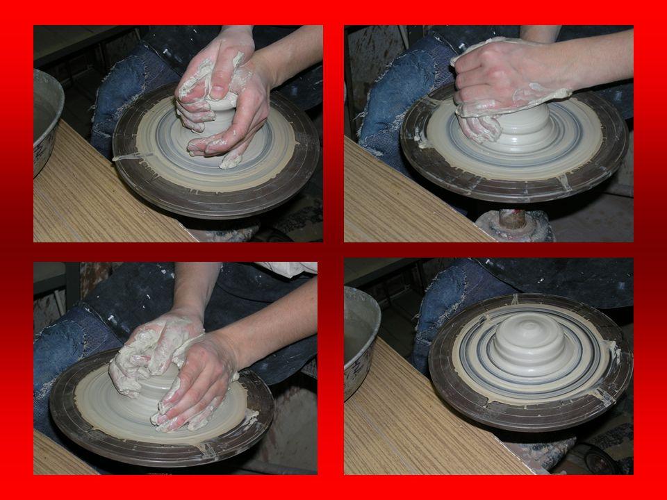 CENTROVÁNÍ Přítlakem mezi prsty a dlaněmi zmáčkneme hlínu a vyženeme ji tak do výšky. Palcem stlačíme hlínu pomalejším pohybem dolů a zbavíme ji další