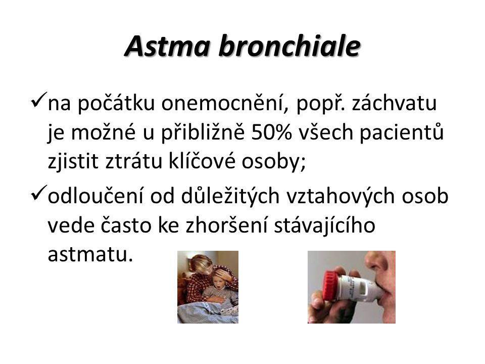 Astma bronchiale na počátku onemocnění, popř. záchvatu je možné u přibližně 50% všech pacientů zjistit ztrátu klíčové osoby; odloučení od důležitých v