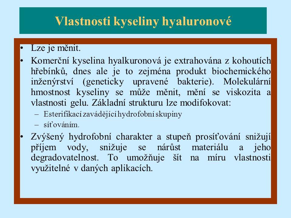 Lze je měnit. Komerční kyselina hyalkuronová je extrahována z kohoutích hřebínků, dnes ale je to zejména produkt biochemického inženýrství (geneticky