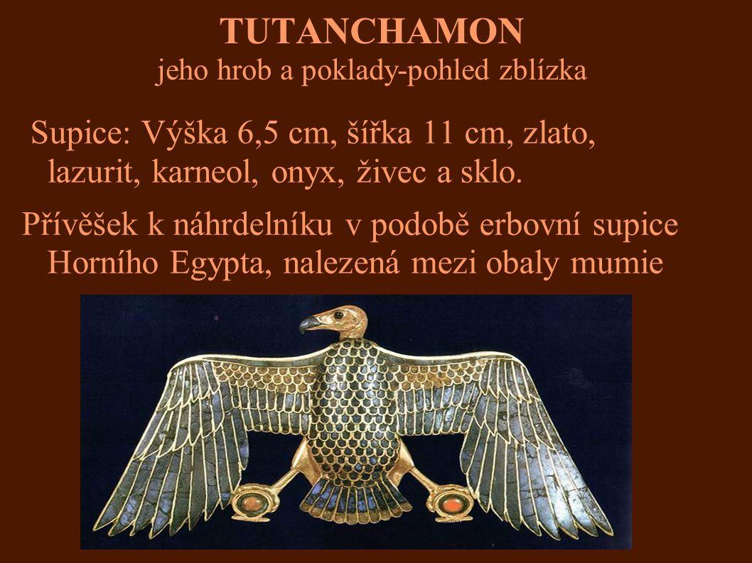 TUTANCHAMON jeho hrob a poklady-pohled zblízka Supice: Výška 6,5 cm, šířka 11 cm, zlato, lazurit, karneol, onyx, živec a sklo. Přívěšek k náhrdelníku