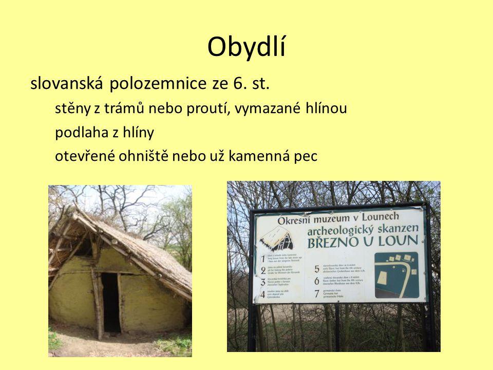 Obydlí slovanská polozemnice ze 6. st. stěny z trámů nebo proutí, vymazané hlínou podlaha z hlíny otevřené ohniště nebo už kamenná pec