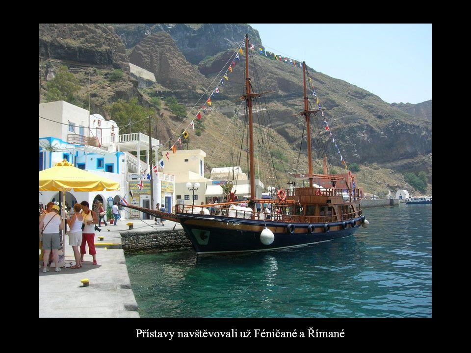 Vody Santorini jsou barevné modrá, červená, smaragdově zelená, nahnědlá až černá, v závislosti na denní době