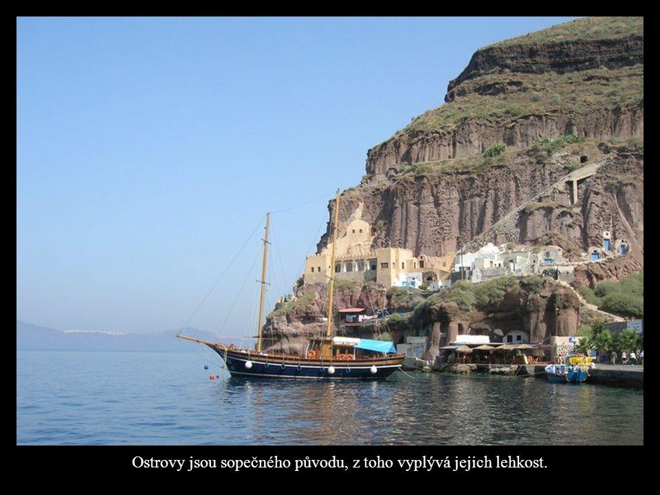 Ostrovy jsou sopečného původu, z toho vyplývá jejich lehkost.