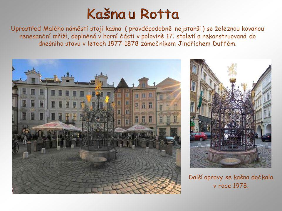 Uprostřed Malého náměstí stojí kašna ( pravděpodobně nejstarší ) se železnou kovanou renesanční mříží, doplněná v horní části v polovině 17.