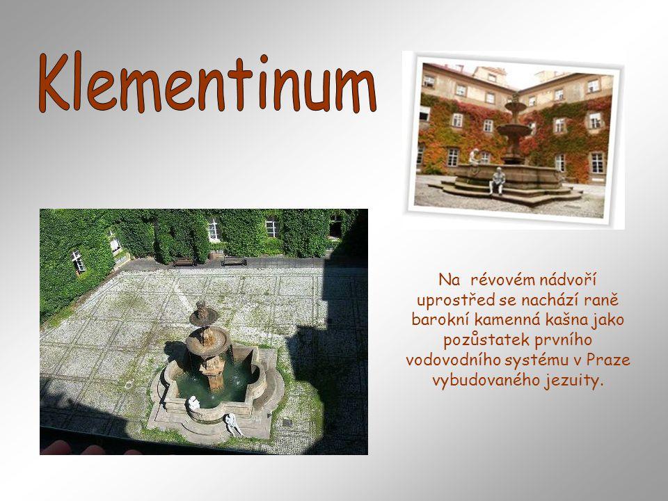 Na révovém nádvoří uprostřed se nachází raně barokní kamenná kašna jako pozůstatek prvního vodovodního systému v Praze vybudovaného jezuity.