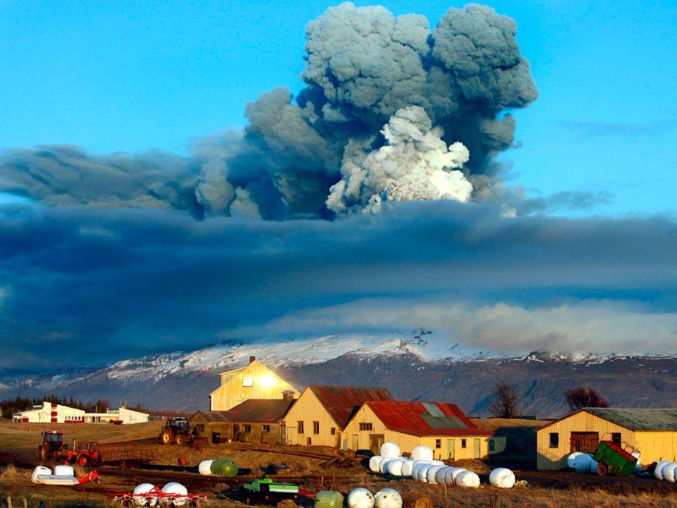 Sopka chrlila popel do atmosféry do výše několika kilometrů a způsobila v e vropském vzdušném prostoru na několik dní problémy v letecké dopravě.