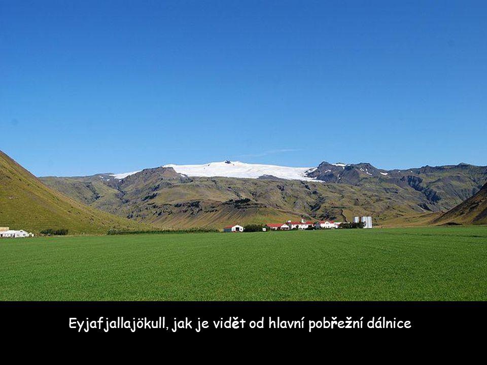 Bližší letecký pohledu na Eyjafjallajökull ukazuje ledovcový splaz s táním ledu a vytvořené jezero