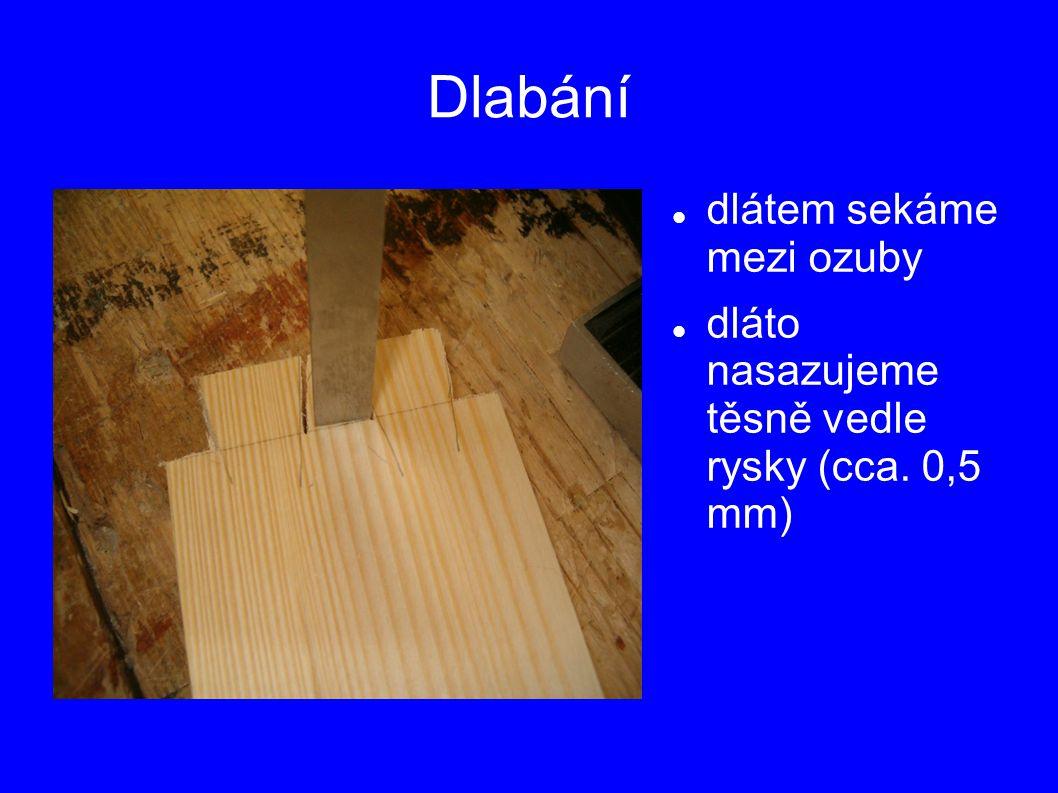Dlabání dlátem sekáme mezi ozuby dláto nasazujeme těsně vedle rysky (cca. 0,5 mm)