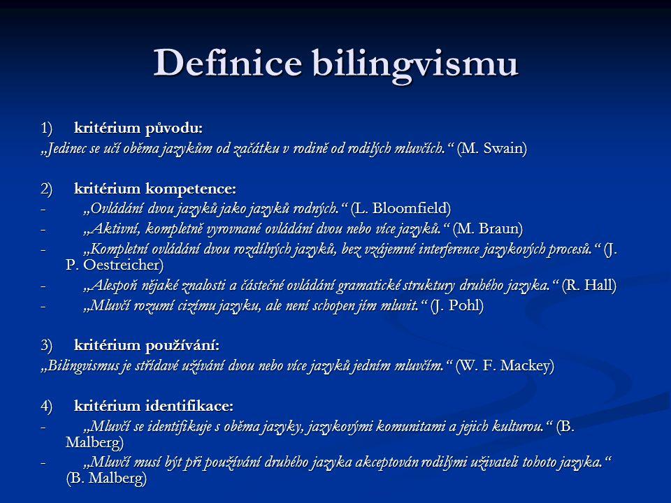 """Definice bilingvismu 1) kritérium původu: """"Jedinec se učí oběma jazykům od začátku v rodině od rodilých mluvčích."""" (M. Swain) 2) kritérium kompetence:"""