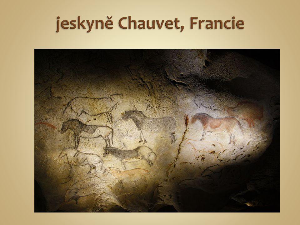 úzkou kostěnou trubičkou barevný prášek na vlhkou stěnu jeskyně jeskyně Altamira - Španělsko