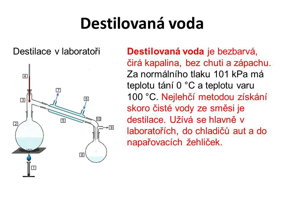 Destilovaná voda Destilovaná voda je bezbarvá, čirá kapalina, bez chuti a zápachu. Za normálního tlaku 101 kPa má teplotu tání 0 °C a teplotu varu 100