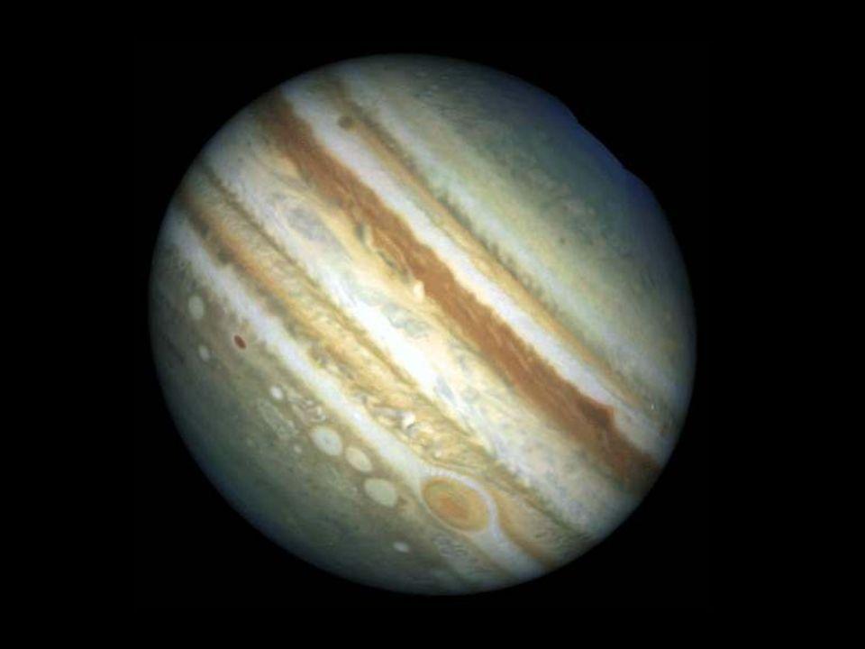 největší planeta Sluneční soustavy vzniknul nesmírně rychle nachází se nejblíže za hranicí ledu, zde více materiálu který se intenzivně spojoval ve větší části, větší množství planetesimál plyn (H, He) nakumulován kolem kamenného jádra o hmotnosti 10 až 15 M Z silně ovlivňuje své okolí – planetesimály pohlcuje i vystřeluje na okraj nebo pryč ze Sluneční soustavy Planety II Jupiter