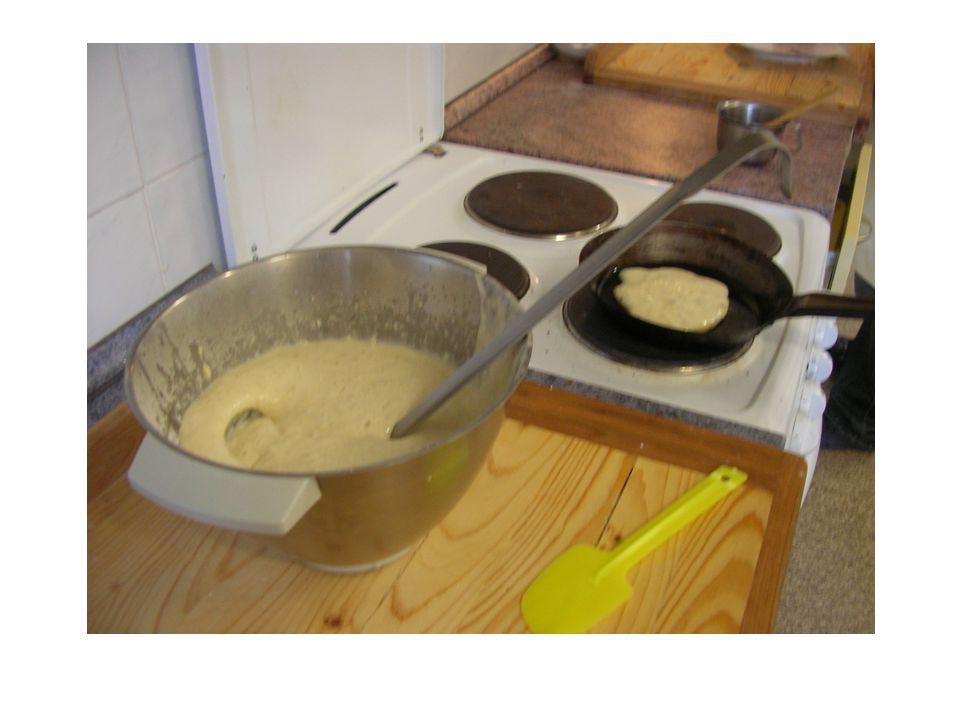 Palačinky se zavařeninou Palačinky ještě teplé potřeme džemem, stočíme, nebo přeložíme do šátečku a posypeme moučkovým cukrem (přes síto).