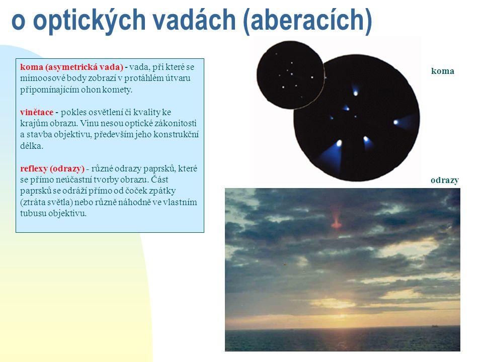 o optických vadách (aberacích) koma (asymetrická vada) - vada, při které se mimoosové body zobrazí v protáhlém útvaru připomínajícím ohon komety. vině